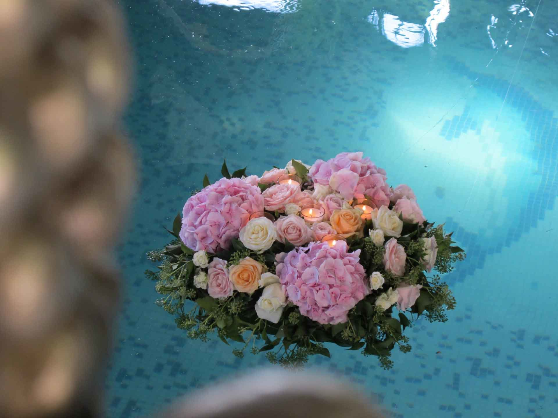 Un bouquet flottant à la surface d'un bassin