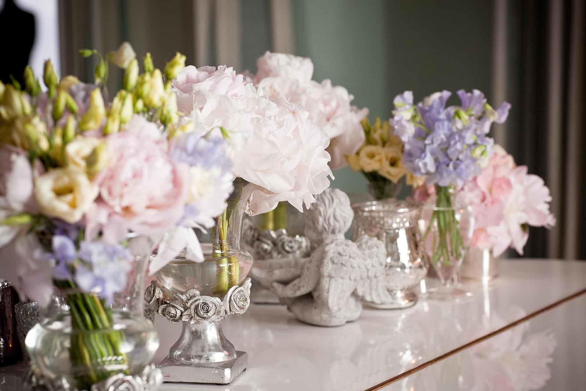Un petit angelot et de délicats bouquets de fleurs