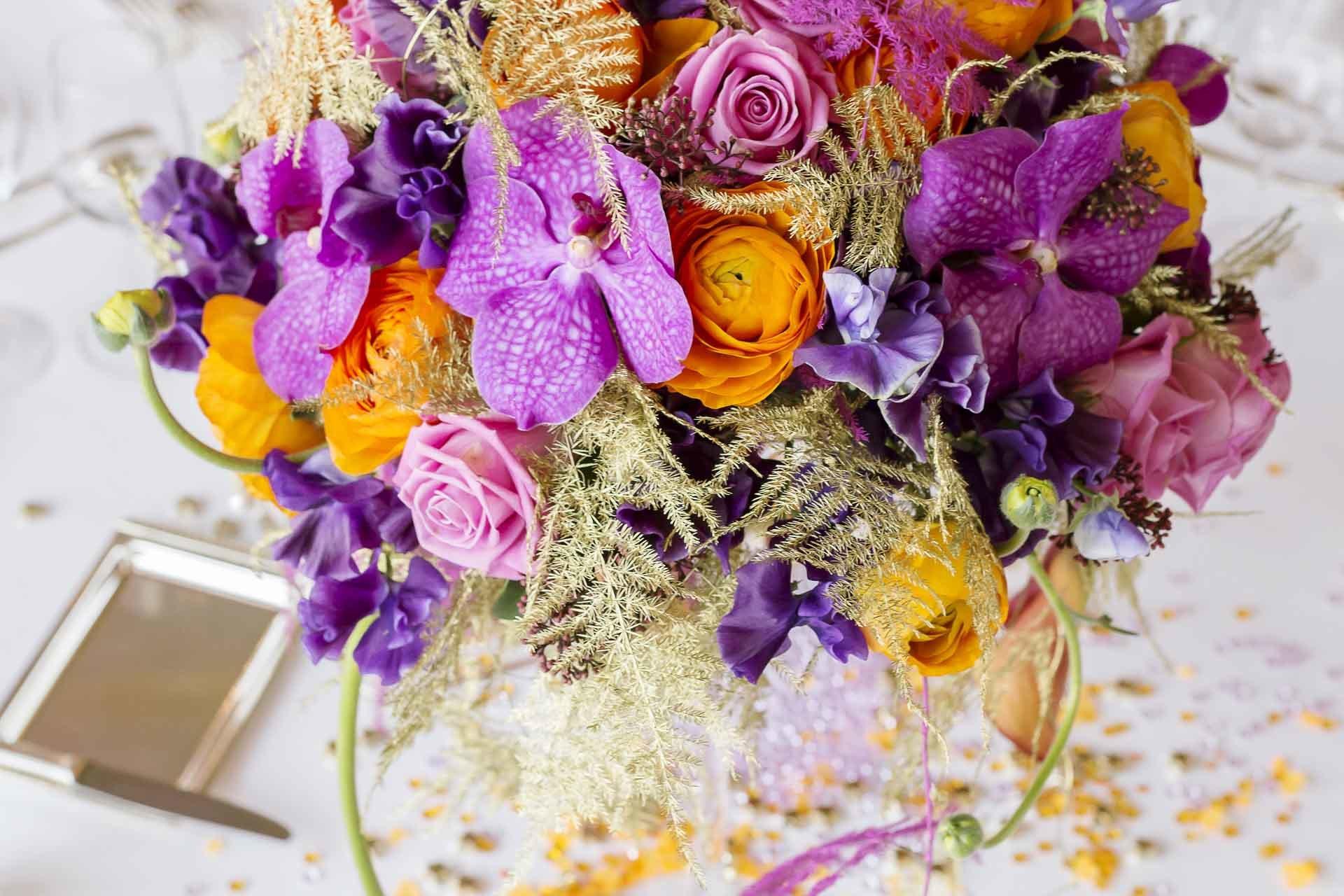 Un élégant bouquet pour cette table du restaurant le Louix XV à Monaco