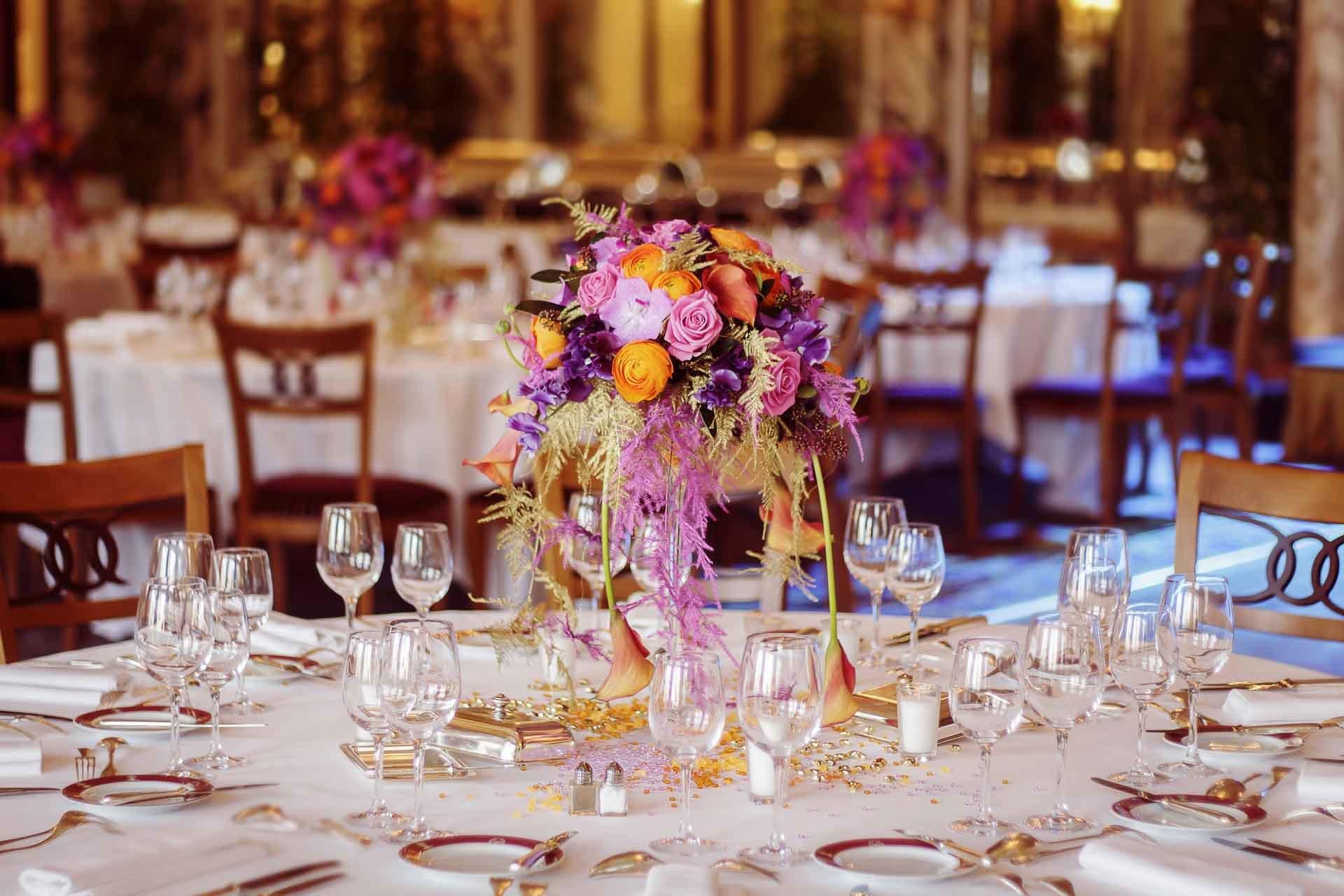 Un centre de table richement décoré