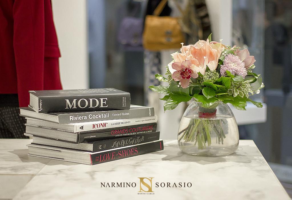 Vase et fleurs pour un abonnement floral pour une boutique