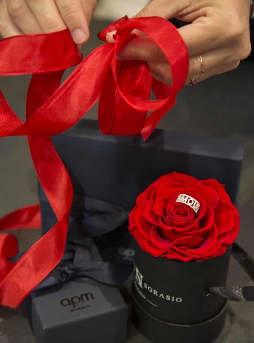 Une boite à fleur et une bague, que peut-on offrir de mieux ?