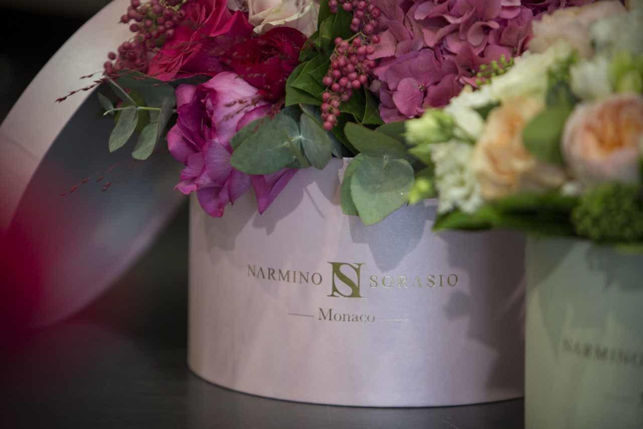 Des boites à chapeaux contenant de splendides fleurs fraiches
