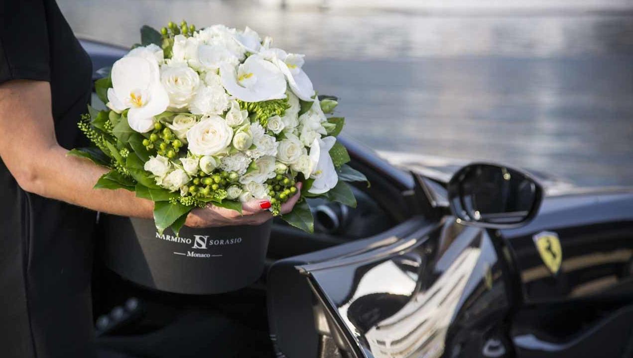Boite à fleurs noires dans Ferrari noire
