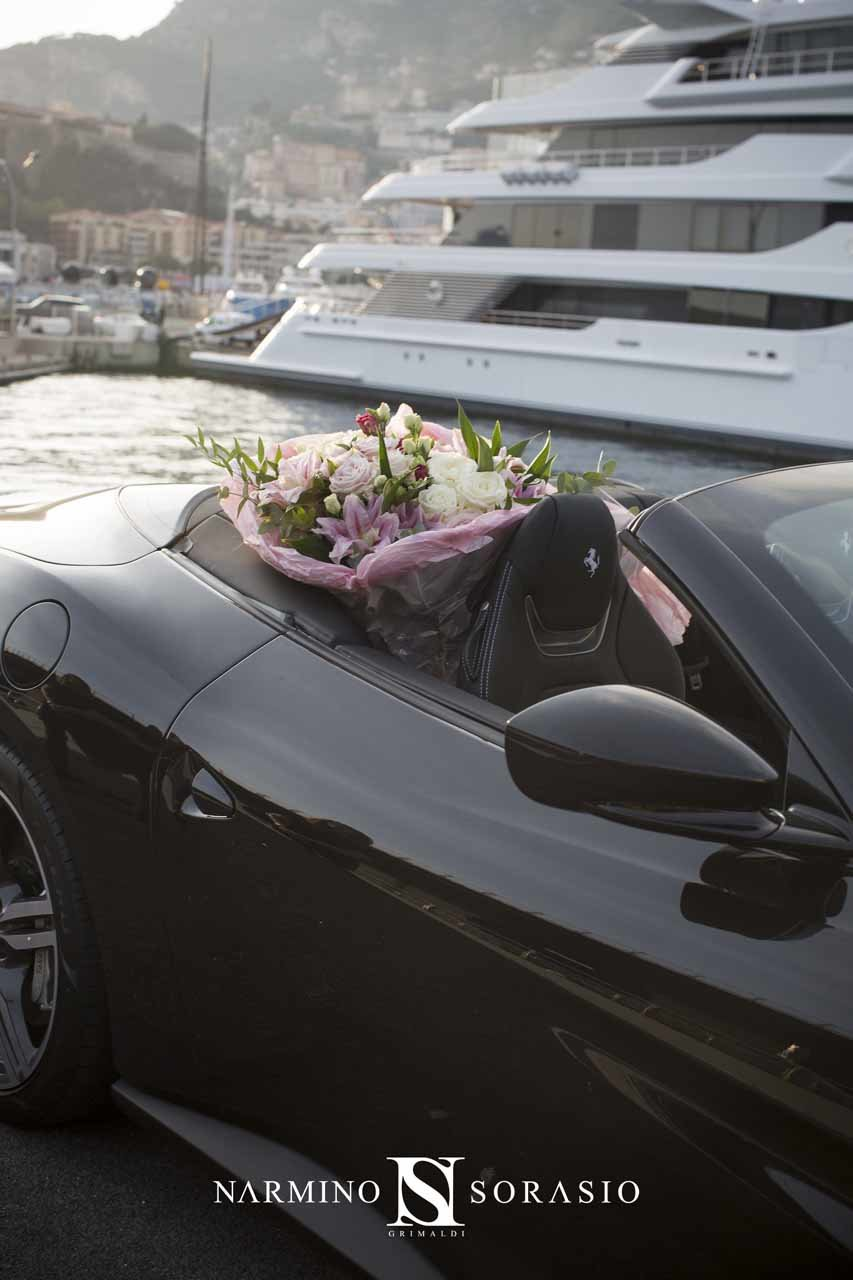 Un bouquet à l'arrière d'une Ferrari