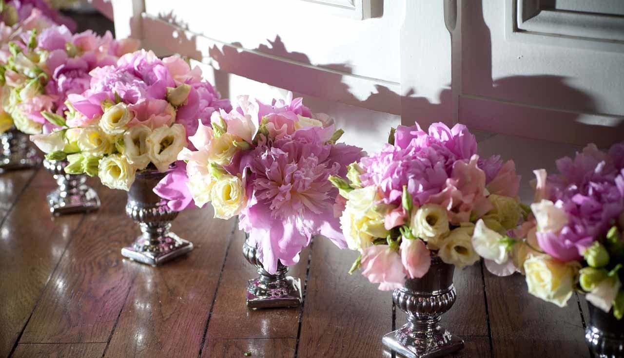 De beaux vases fleuris pour un événement décoré par Narmino