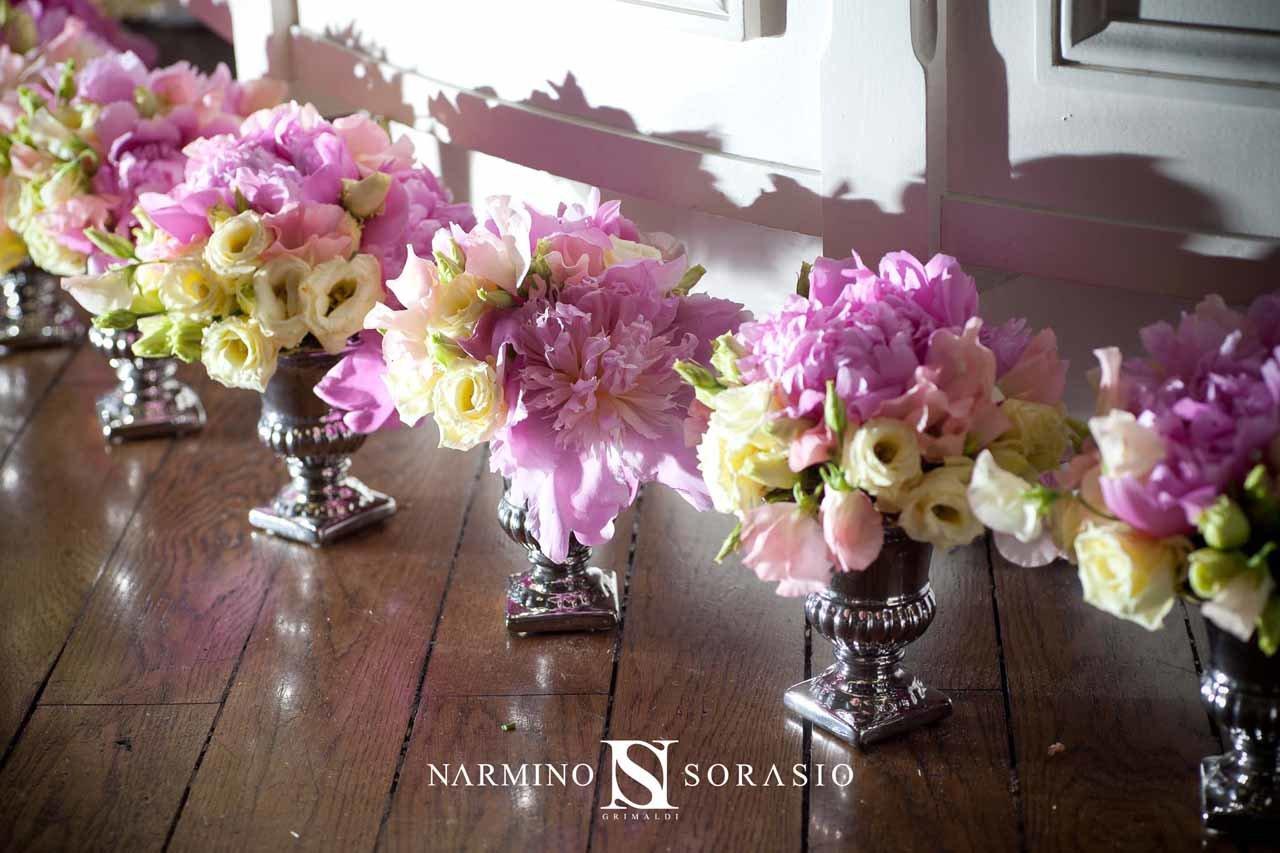 De beaux vases fleuris pour un événement décoré par Narmino Sorasio