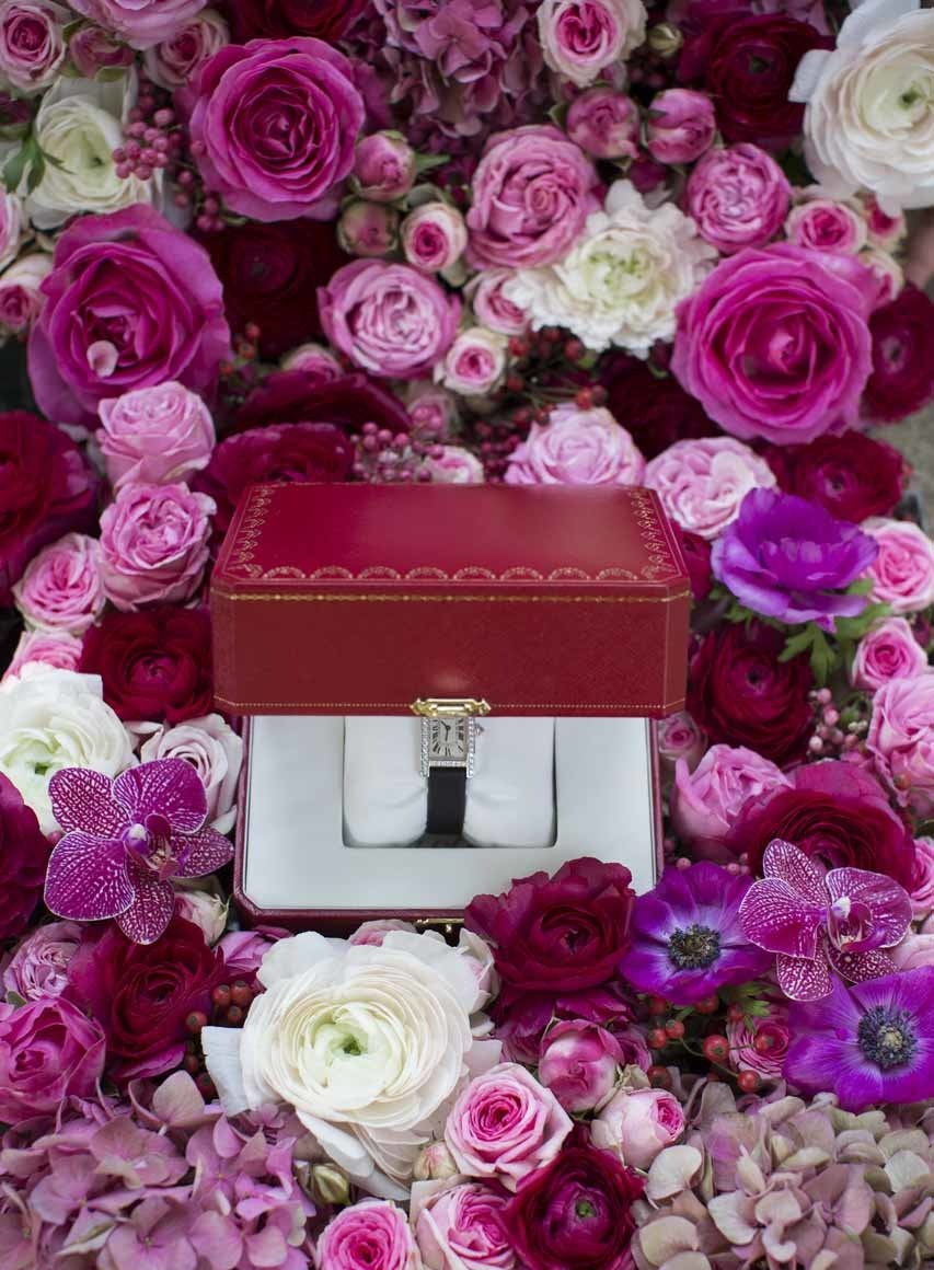 Des fleurs, des roses et quelques hortensias comme un écrin pour cette montre