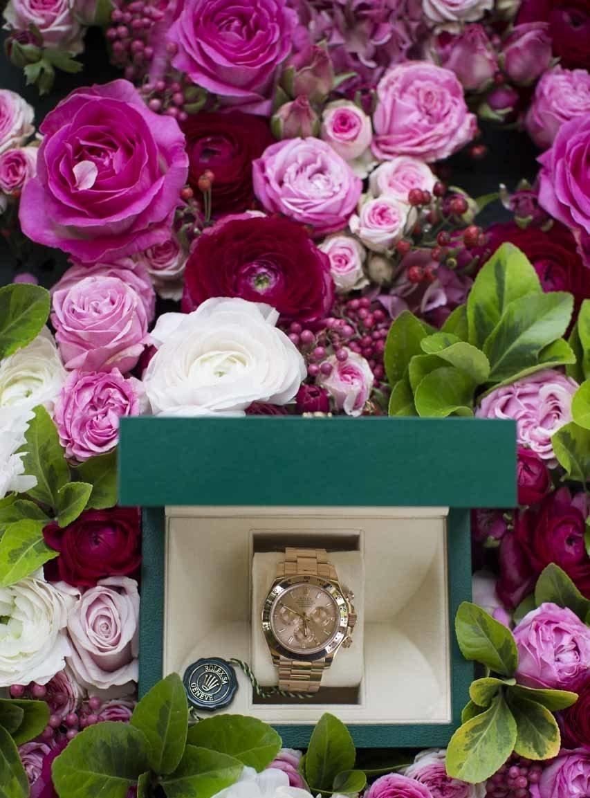 Des fleurs, des roses comme un écrin pour cette montre
