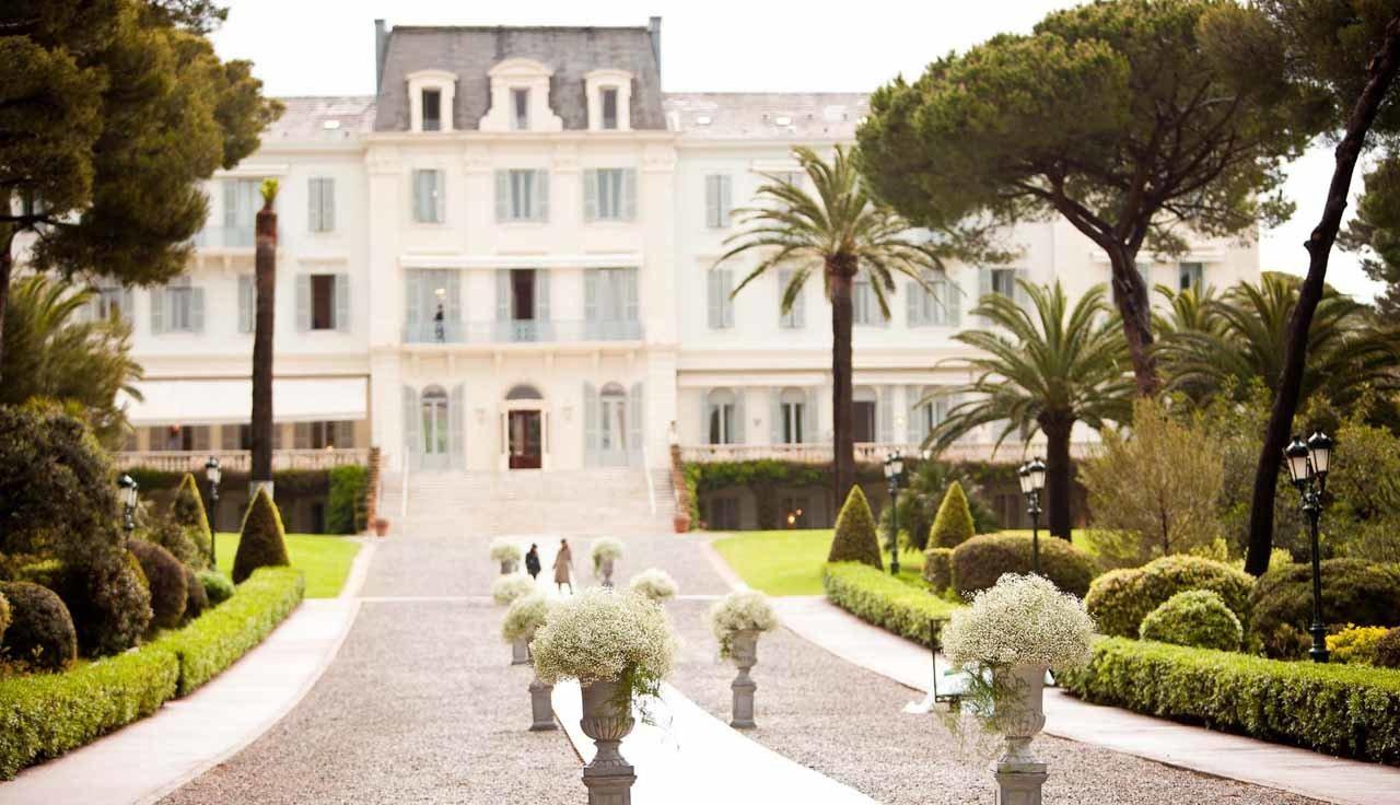Une allée décorée par nos soins pour un mariage sur la Côte d'Azur