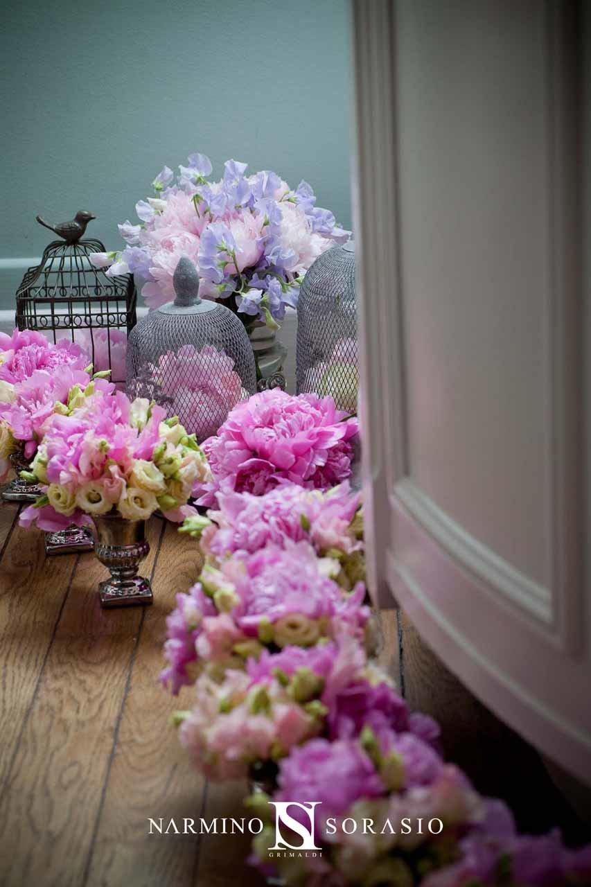 De petits vases fleuris de roses et de pivoines prêts à être disposés