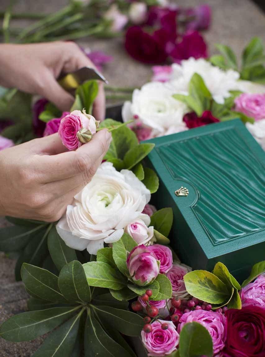 fleuriste avec roses de jardin et montre de luxe