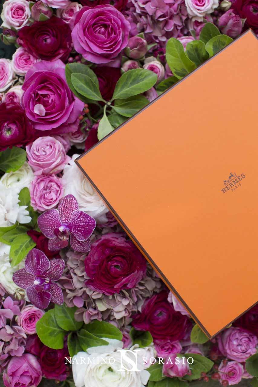 Un arrangement floral dans des tons roses avec article de luxe