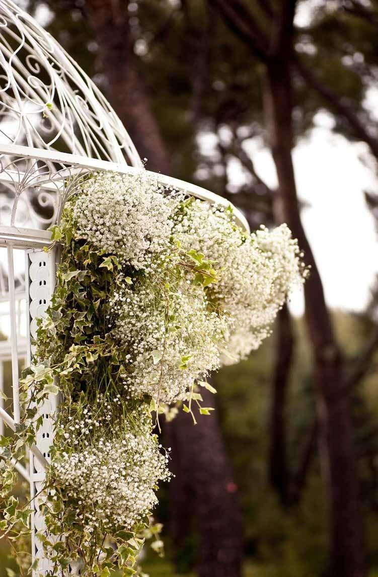 Préparation d'une arche à fleurir pour un mariage