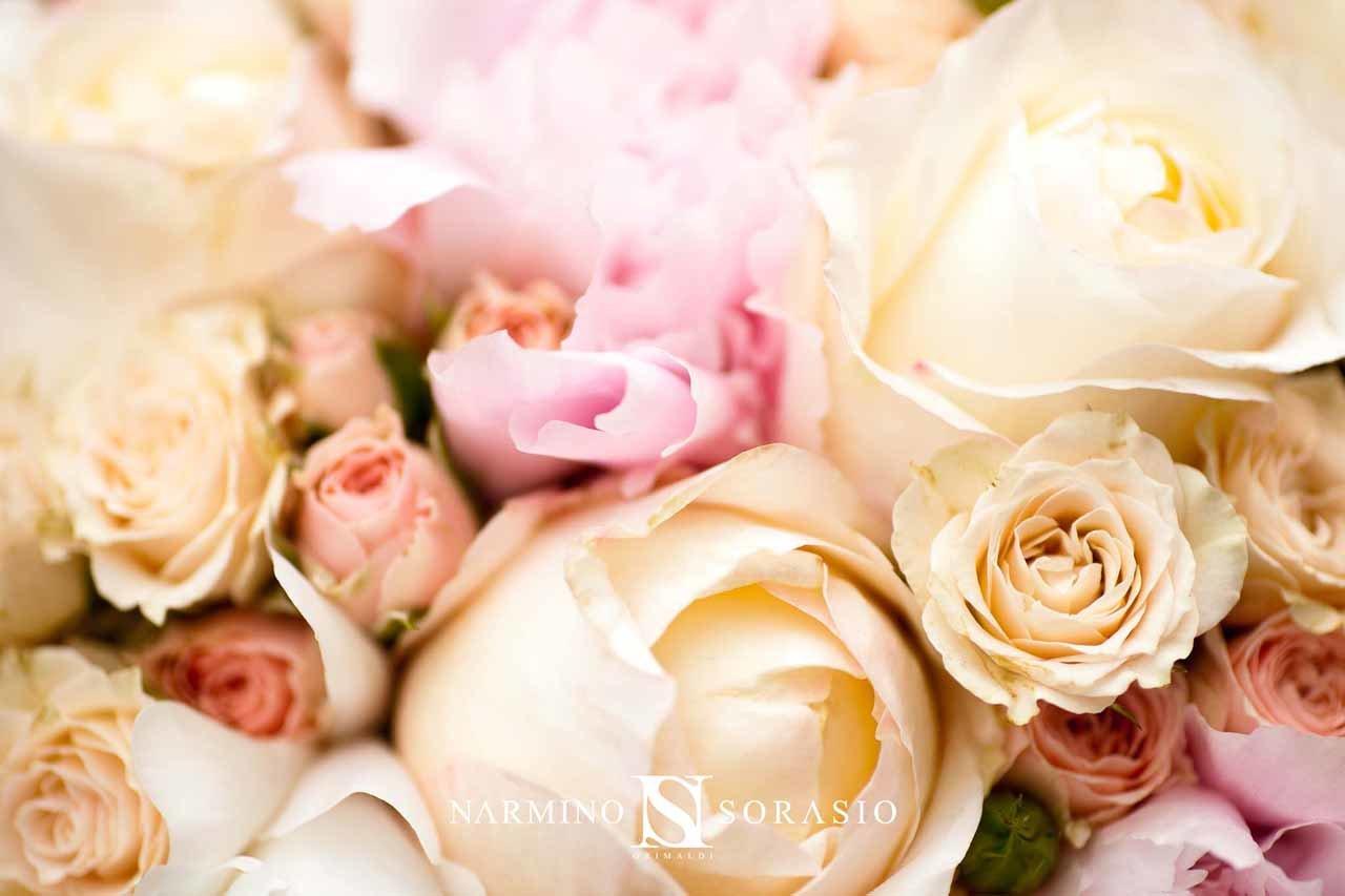 Gros plan sur de belles roses et des pivoines