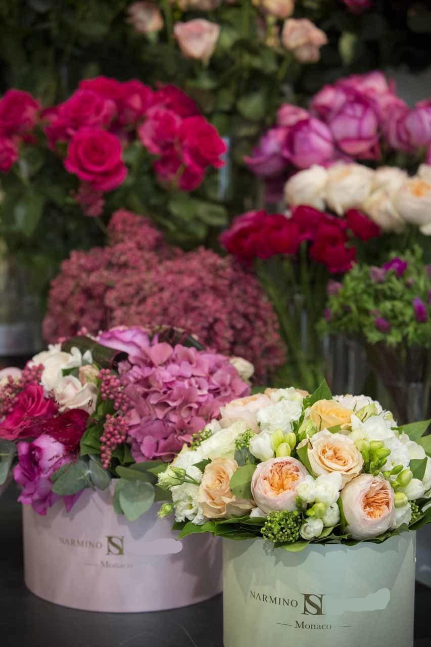 De belles boites à fleurs composées de fleurs fraiches et aux tons variés