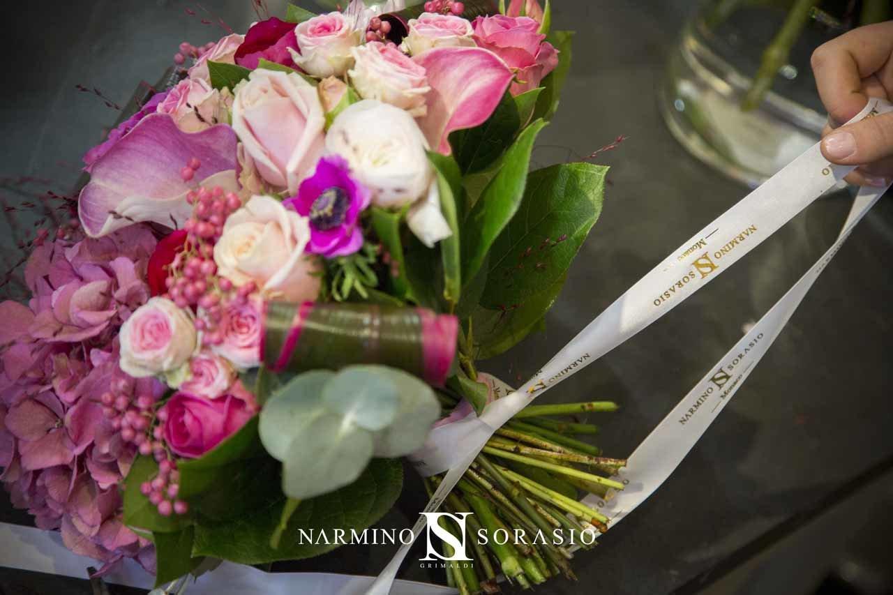 Une fleuriste préparant un bouquet dans notre magasin
