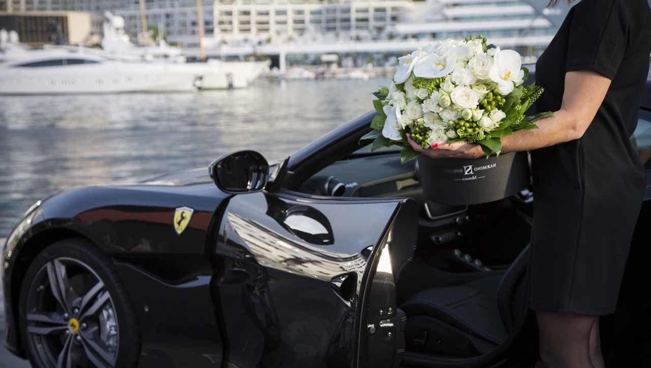 un grand bouquet de fleur et voiture de luxe