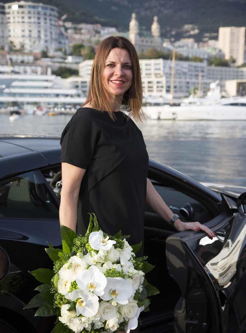 une jolie jeune femme reçoit un bouquet de fleurs et d'orchidées