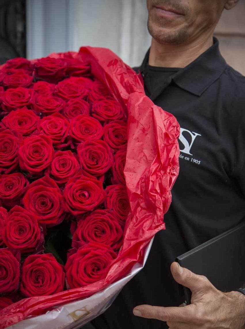 Un livreur et son bouquet