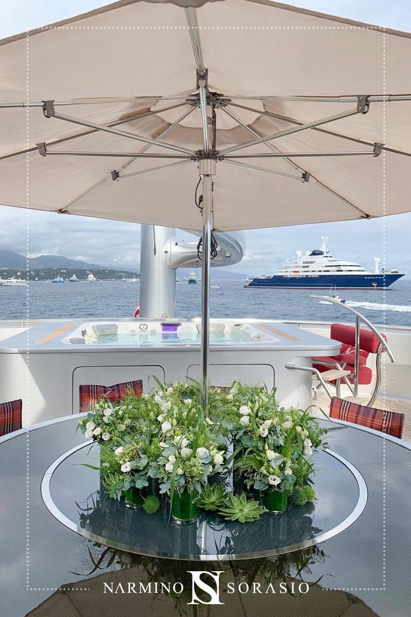 Centre de table fleuri lors du Monaco Yacht Show