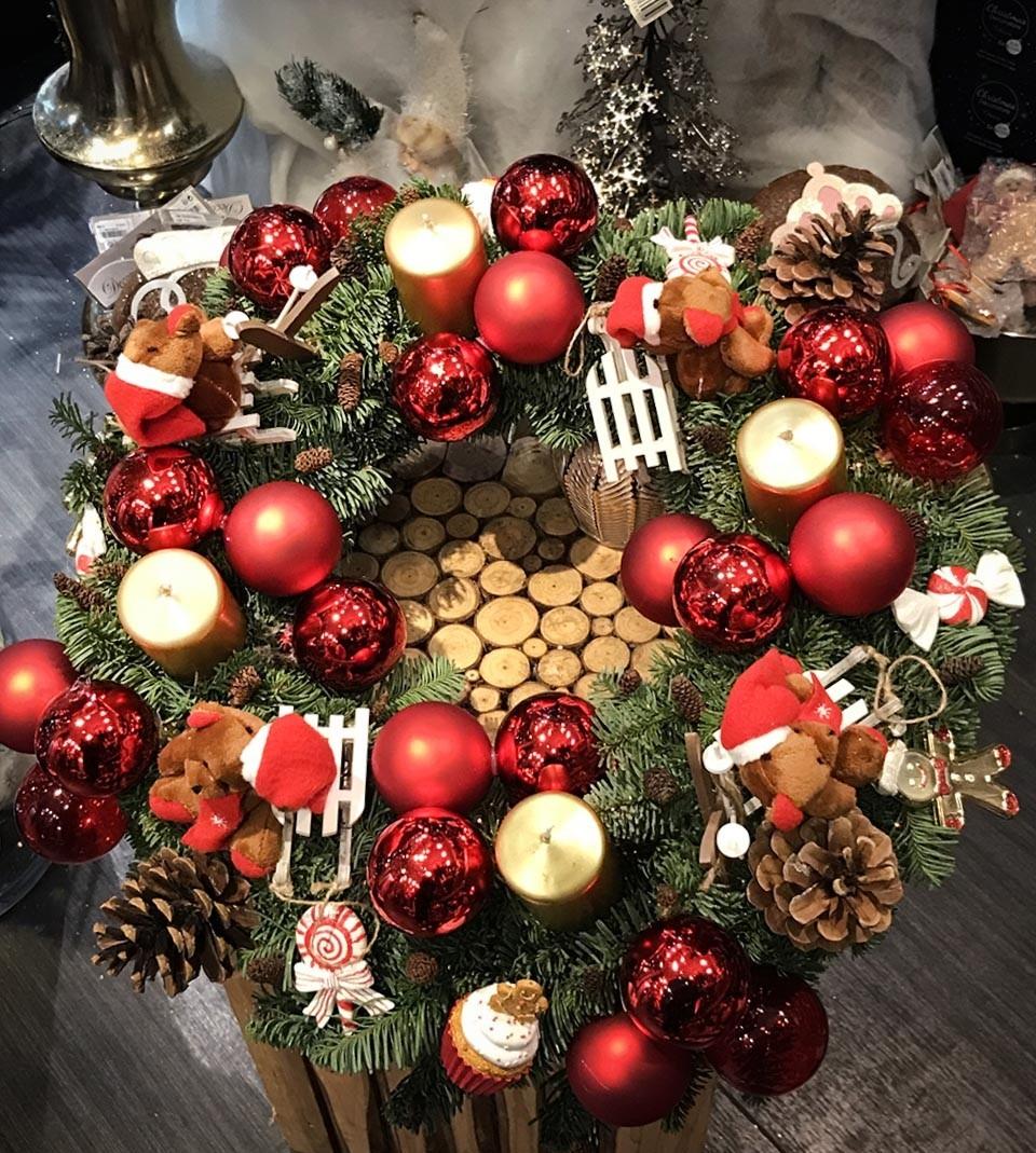 Une couronne de Noël dans des tons rouge et or