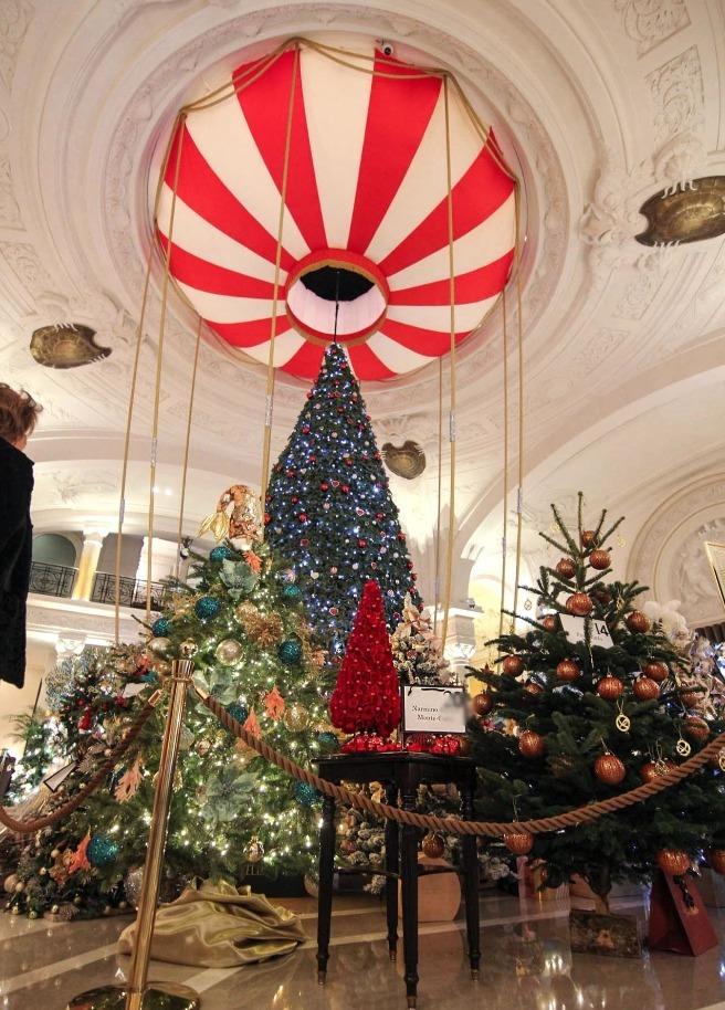 Les Sapins Action Innocence Monaco dans le hall de l'Hôtel de Paris