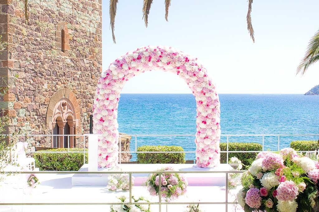 Exemple d'arche fleurie pour décorer votre mariage sur la Côte d'Azur ou à Monaco