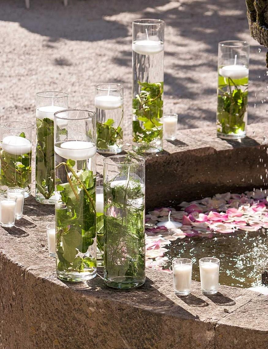Des vases transparents pour décorer le jardin des mariés
