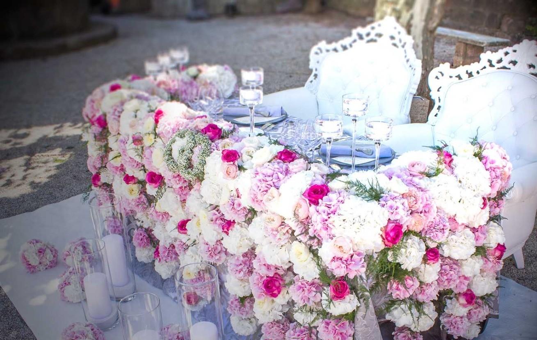 La table des mariées décorée de belles fleurs