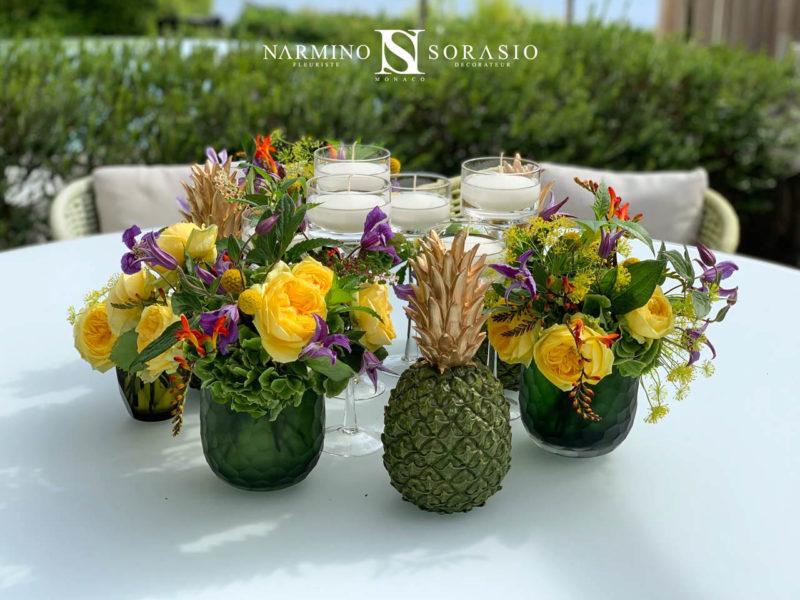 Roses jaunes et ananas pour ce centre de table original