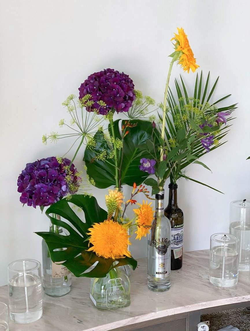 Originalité et créativité pour présenter ces fleurs et feuillages