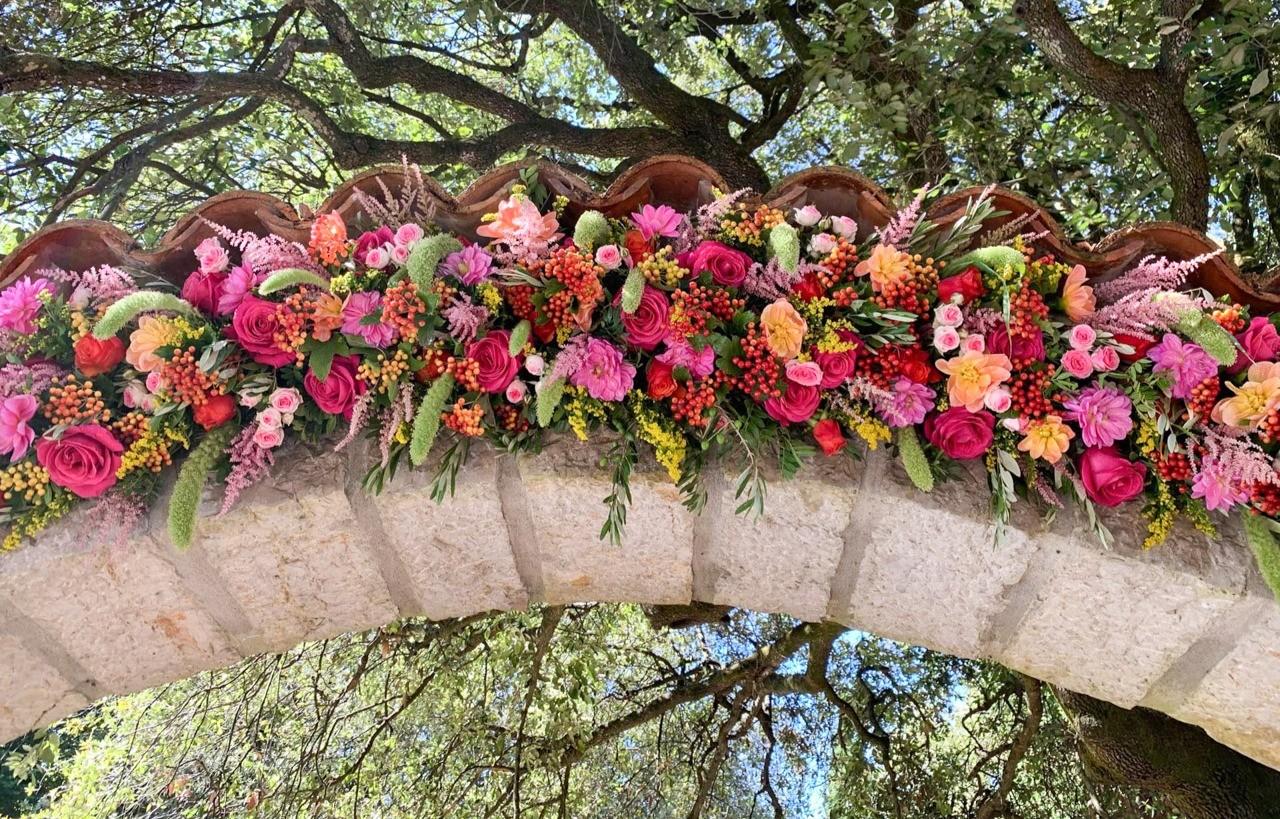 Décoration florale d'une arche pour une villa