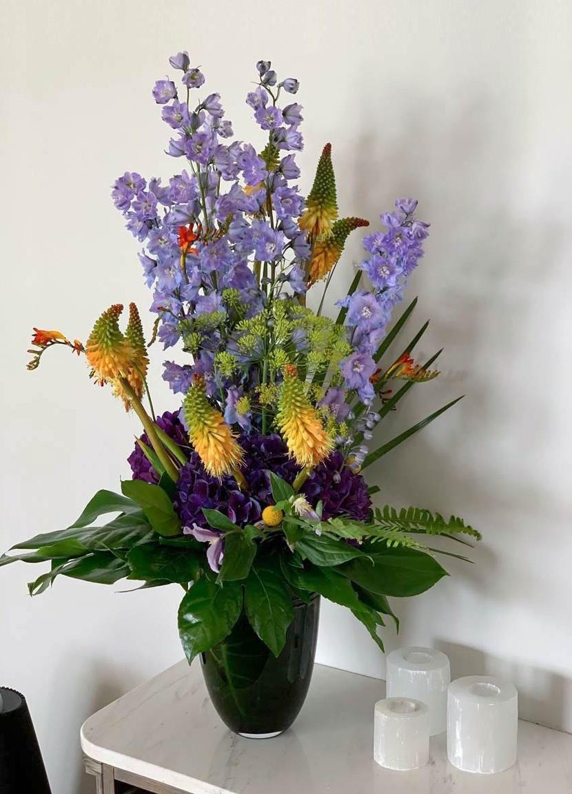 Un magnifique bouquet aux tons bleus, jaunes et verts