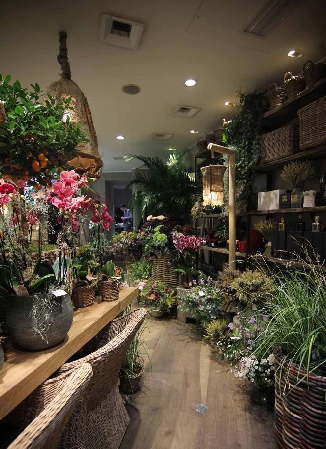 Le mobilier bois met en valeur des tons pastels de nos fleurs
