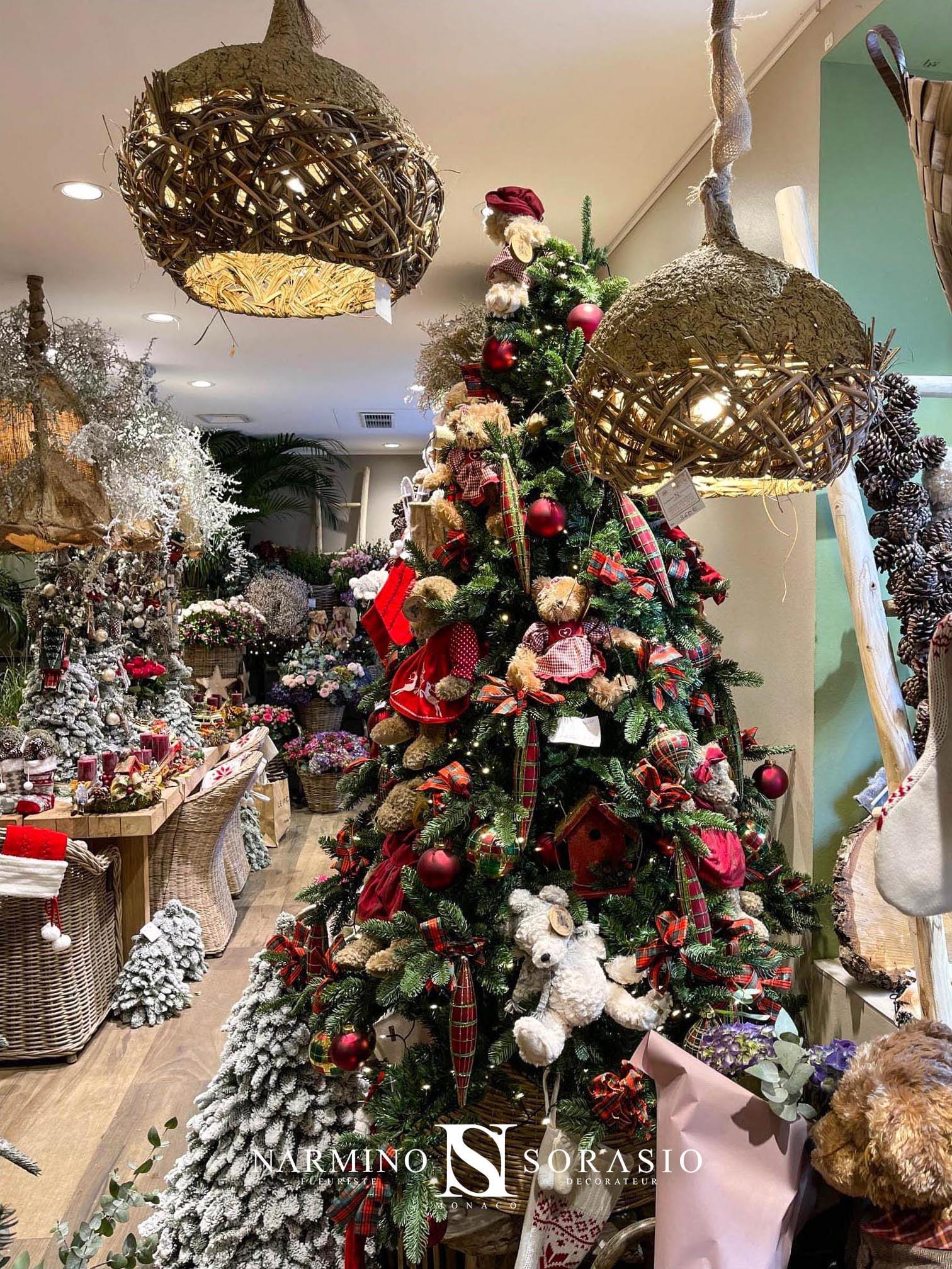 Un arbre de Noël richement décoré