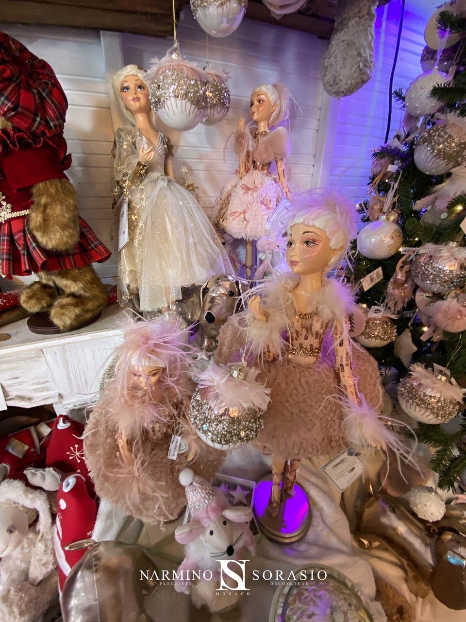 Des poupées et des figurines