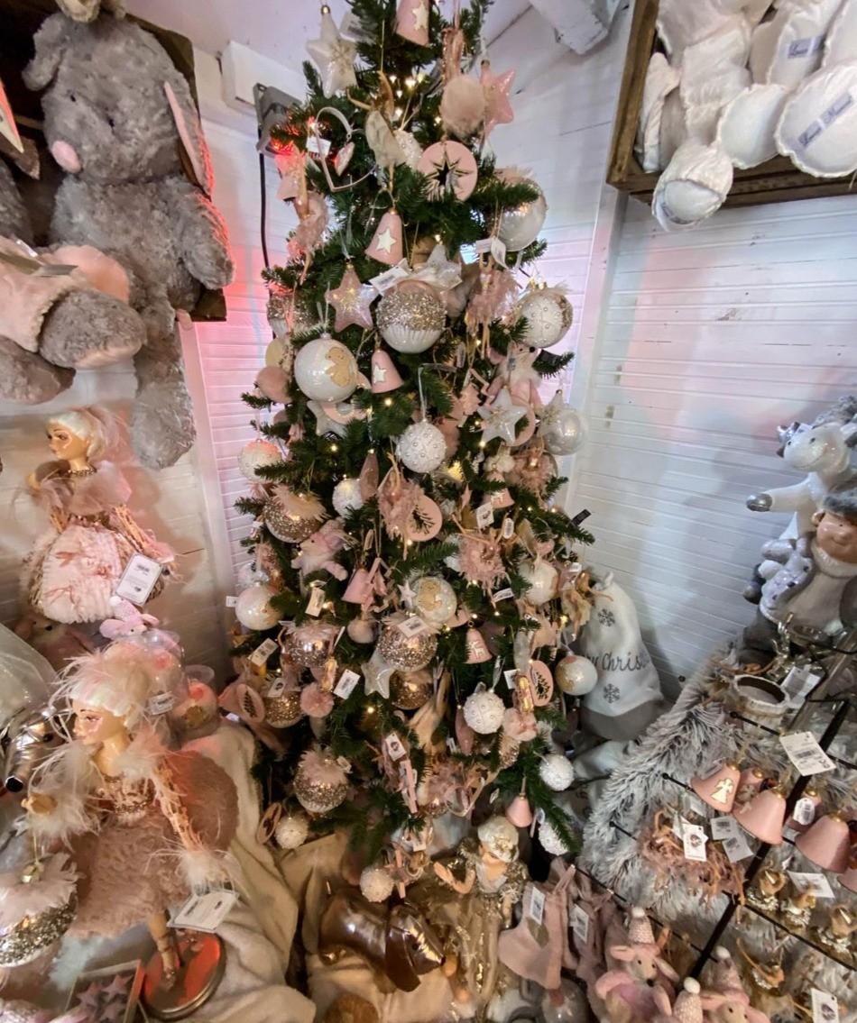 Un sapin de Noël dans des tons roses