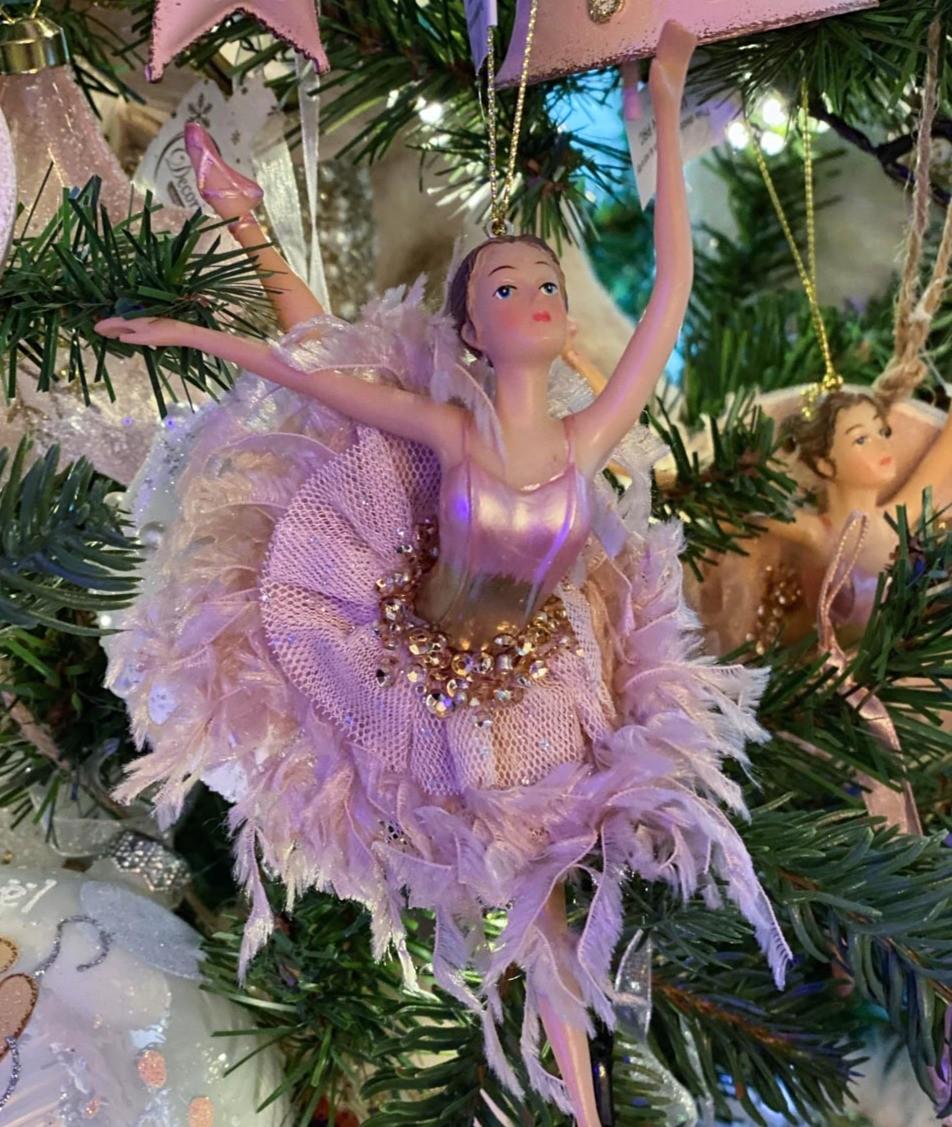 Une ballerine dansant sur un sapin