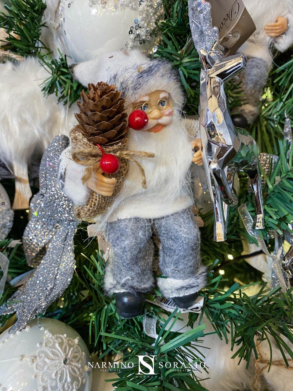 Un père Noël dans son arbre