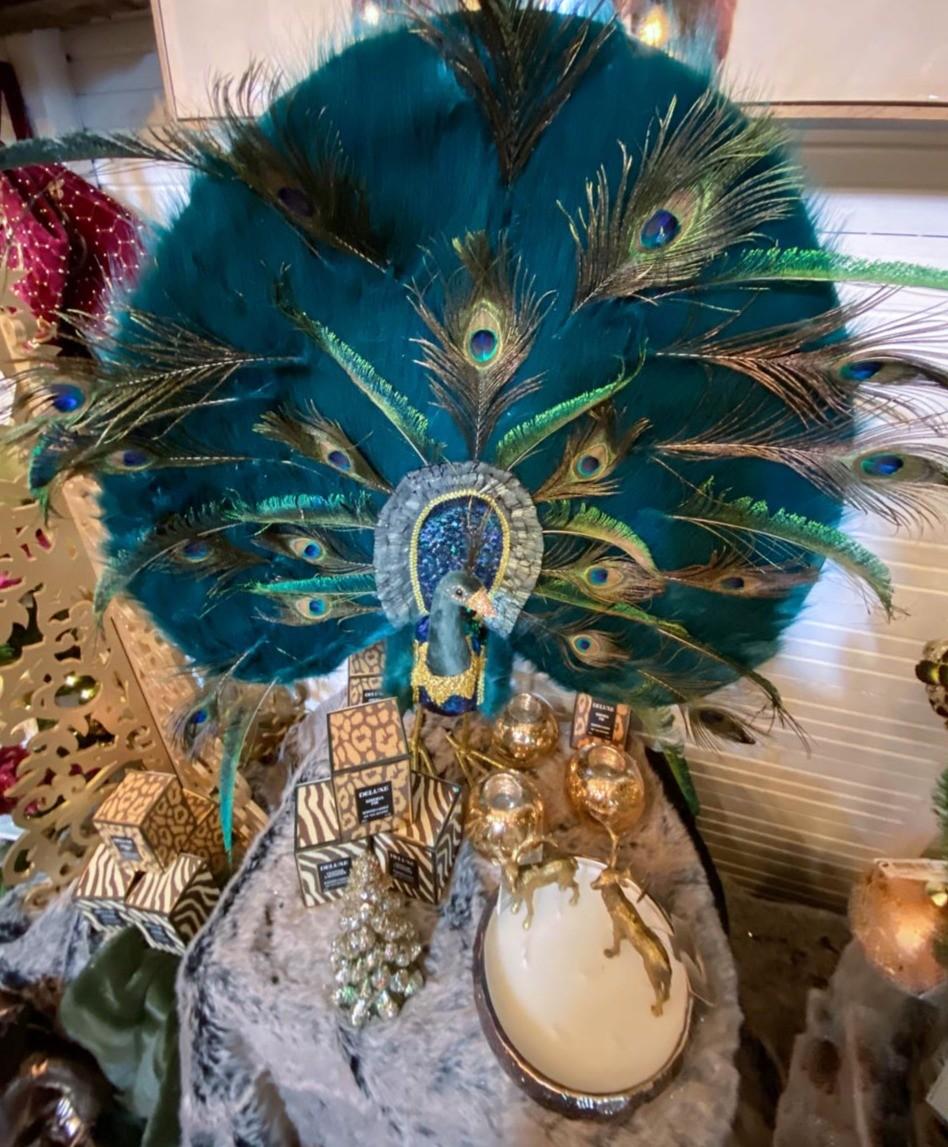 Un paon et des objets décoratifs dorés