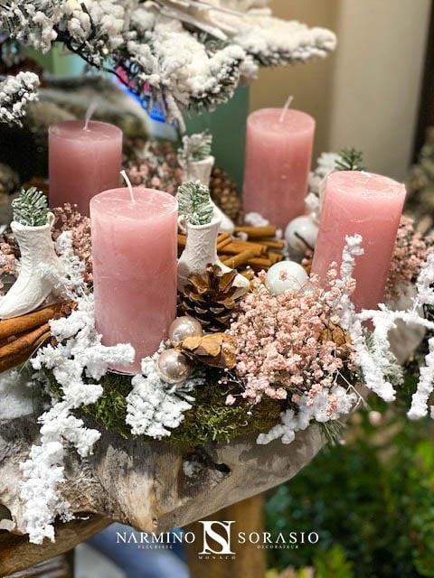Une couronne de Noël avec des bougies roses