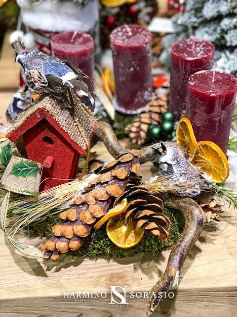 Une couronne de Noël avec des bougies rouges et de petits objets décoratifs