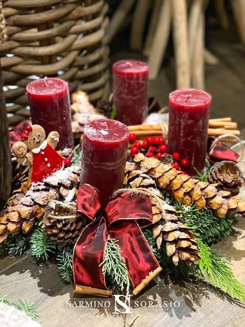 Une couronne de Noël avec des bougies rouges