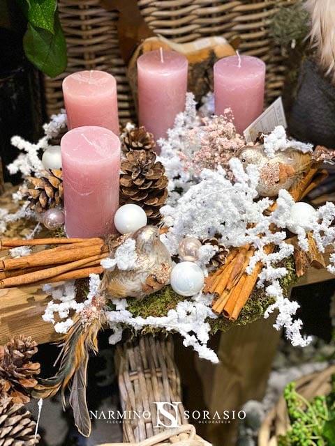 Une couronne avec des bougies roses