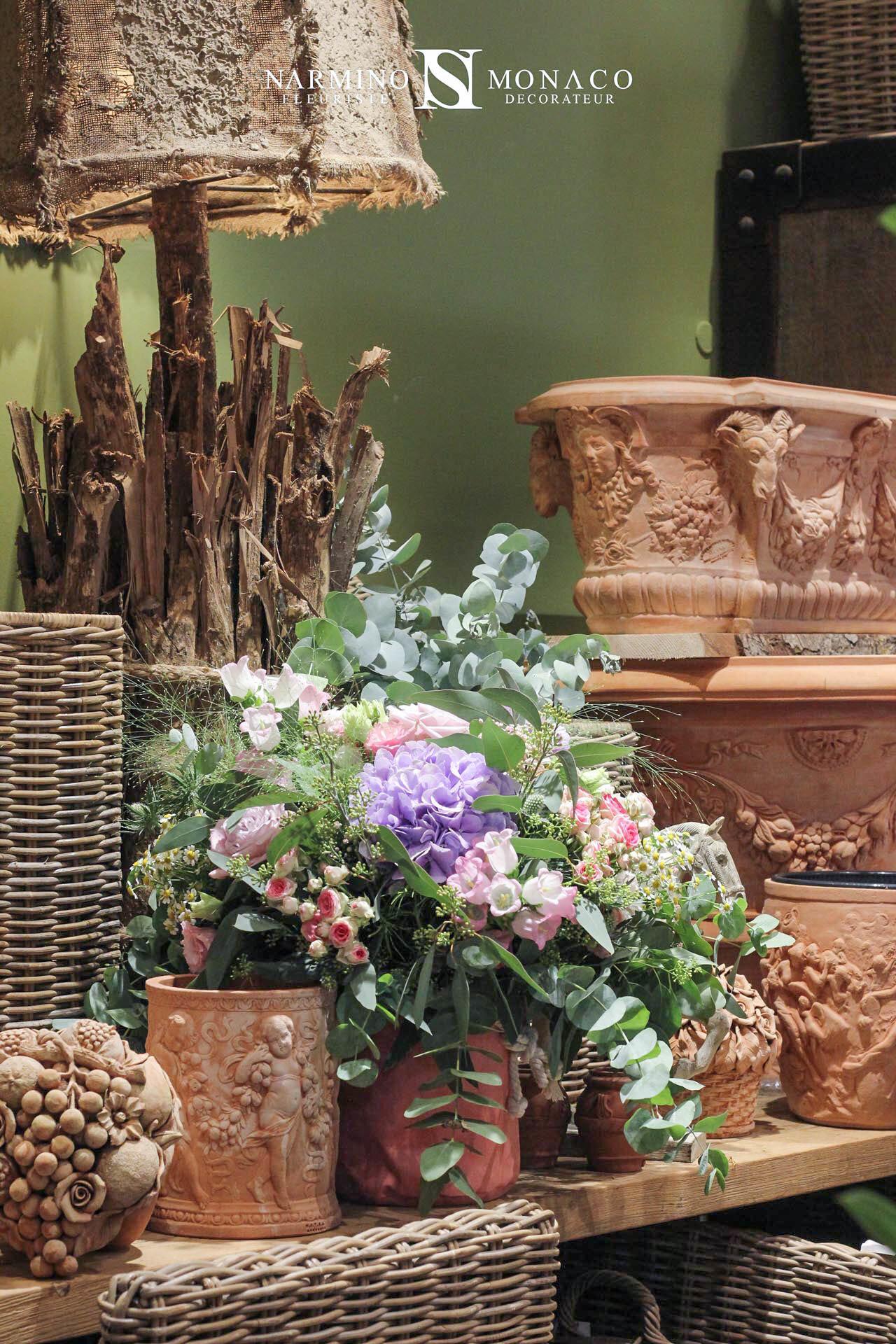 Bouquets de fleurs et objets de décoration en terre cuite
