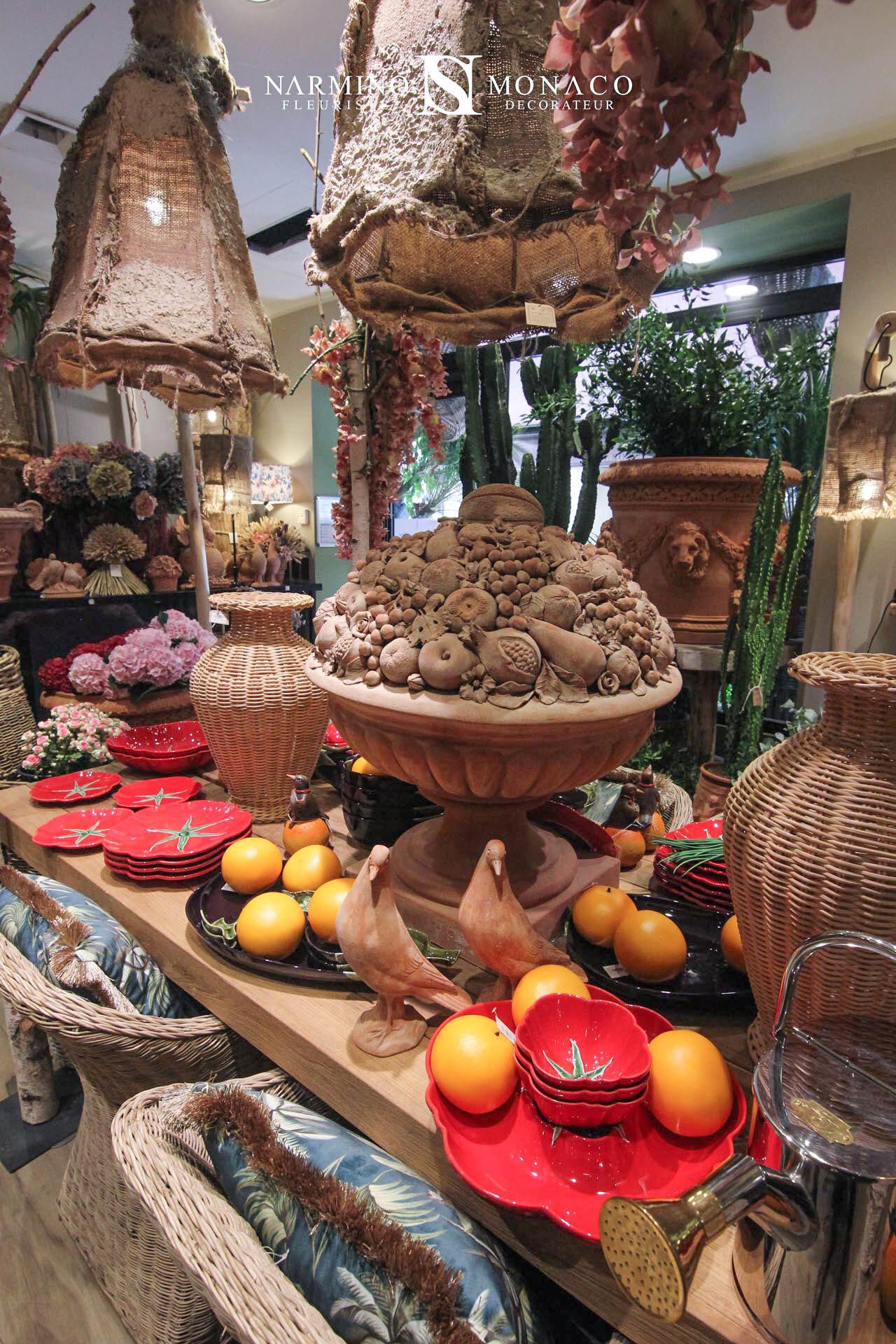 Vaisselle champêtre et objets de décoration en terre cuite