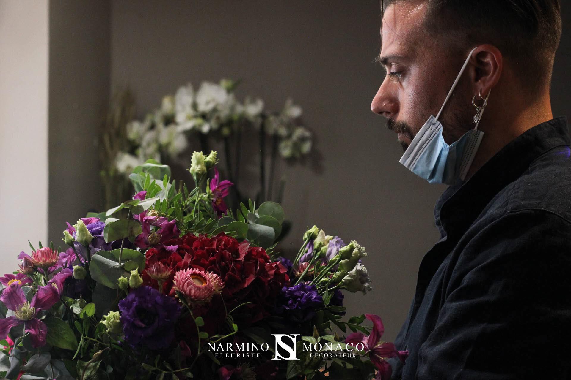 Un fleuriste préparant un bouquet