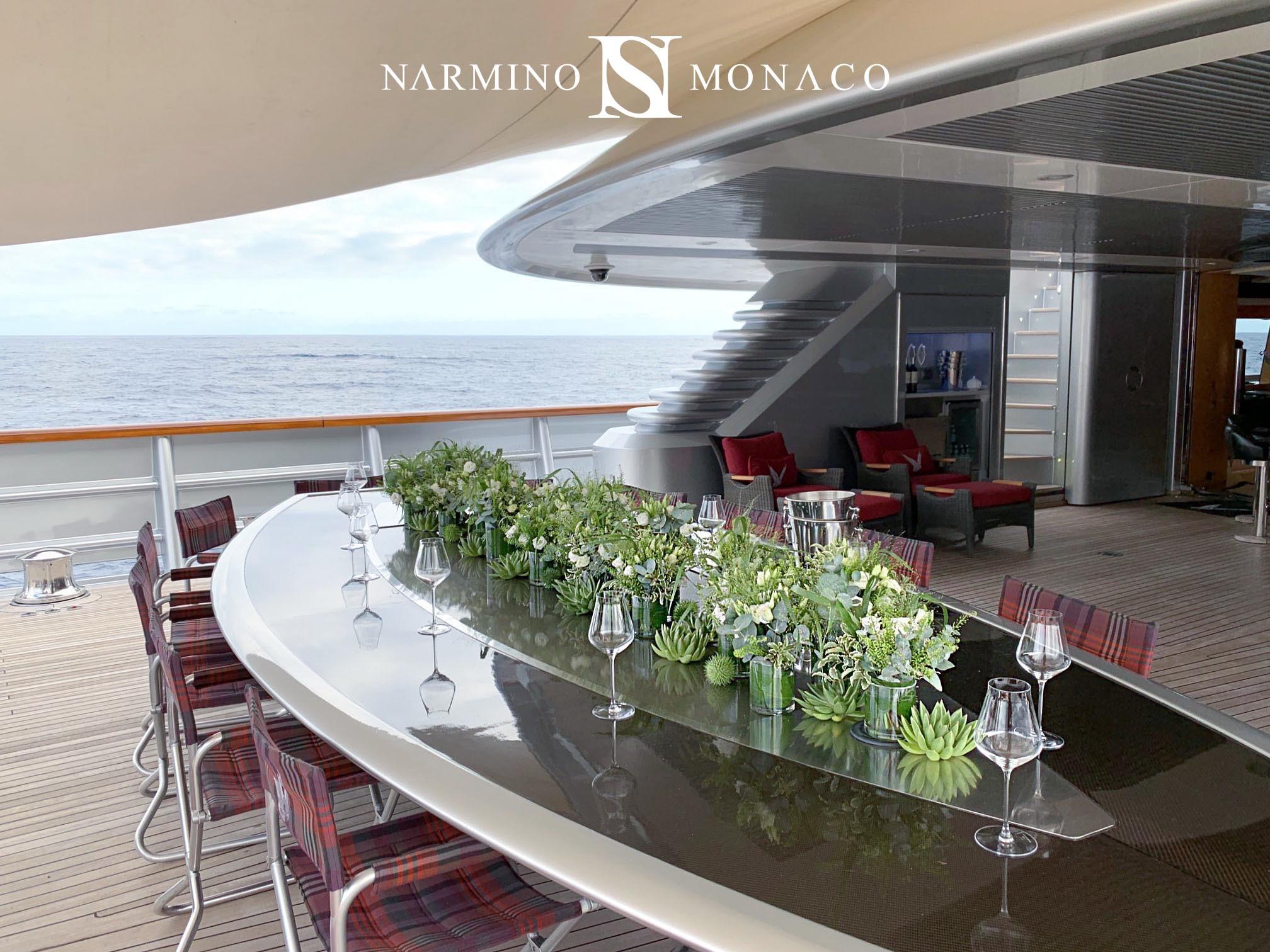 Décoration florale d'une table sur un yacht